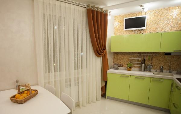 Современные шторы на маленькой кухне4