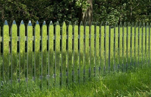 зеркальный штакетный забор